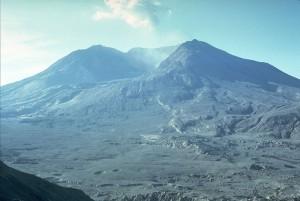 4 maanden na de uitbarsting, genomen vanaf dezelfde plek door Harry Glicken (eigendom van de  U.S. Geological Survey)