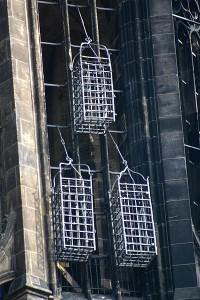 Zijn kooi hangt er nog steeds, maar het lichaam is inmiddels verwijderd.(foto: Rüdiger Wölk, Münster)