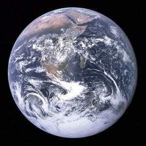 De Aarde lijkt hier perfect rond, maar is dat niet. Een van de redenen waarom Eratosthenes z'n berekening niet helemaal klopte.